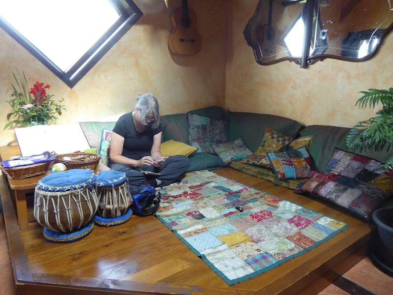 Pam is in the livingroom at Albergue de Verde.