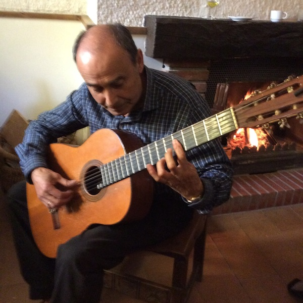 Pepe played guitar at Albergue Leo.