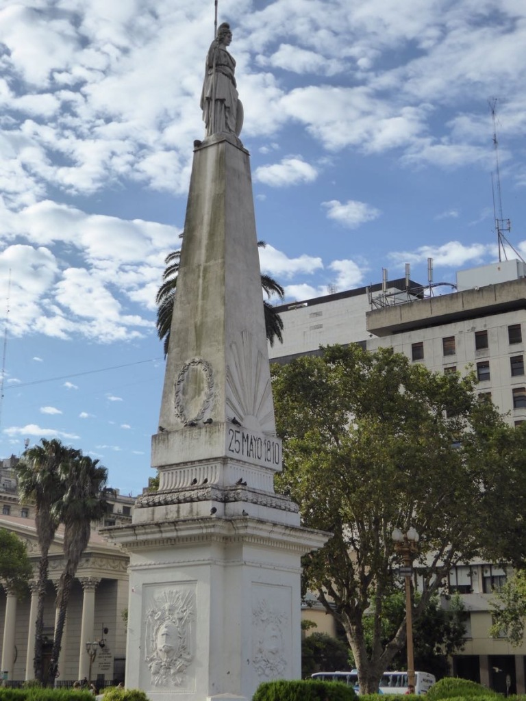 This mon ument is in Plaza de Mayo.