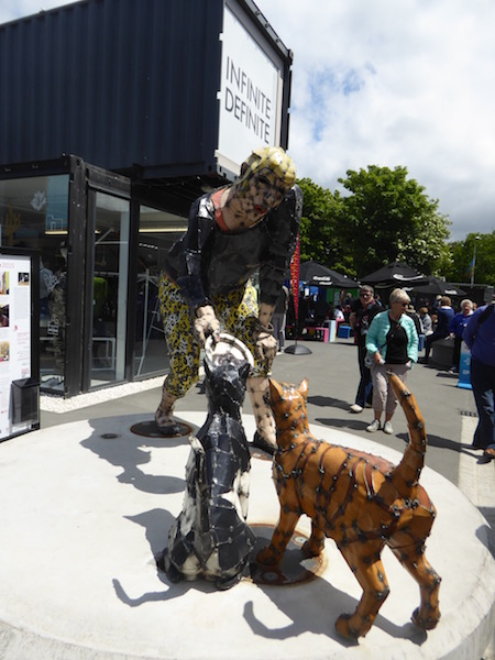 14-sculpture-with-dogs-at-re-start